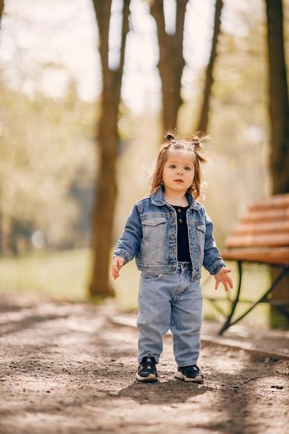 Schattig klein meisje in een park van de lente Gratis Foto