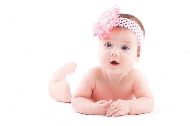 Schattig klein meisje in luier en roze wrap Premium Foto