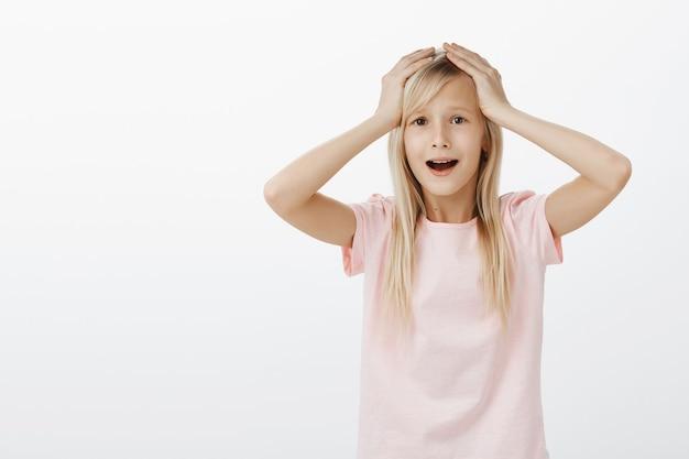 Schattig klein meisje in paniek, bang en verontrust Gratis Foto