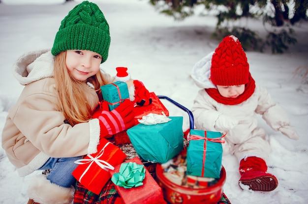 Schattig klein meisje in winter park Gratis Foto