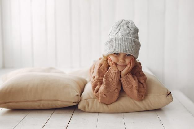Schattig klein meisje in winterkleren Gratis Foto