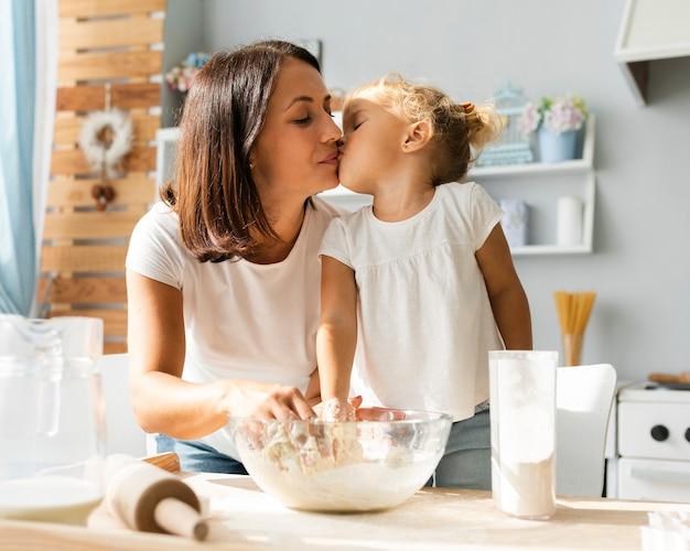 Schattig klein meisje kust haar moeder Gratis Foto