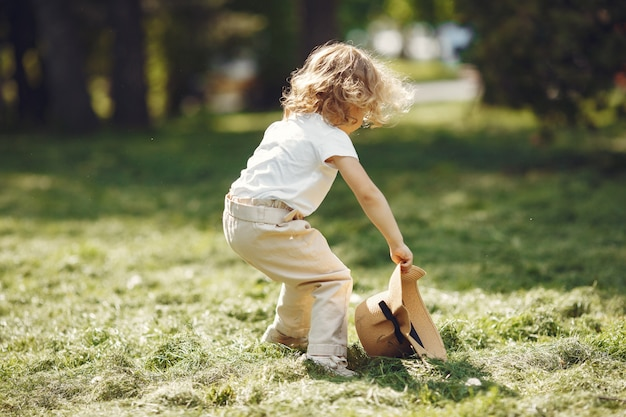 Schattig klein meisje spelen in een zomer-park Gratis Foto