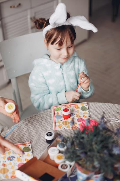 Schattig klein meisje, zittend in een keuken Gratis Foto