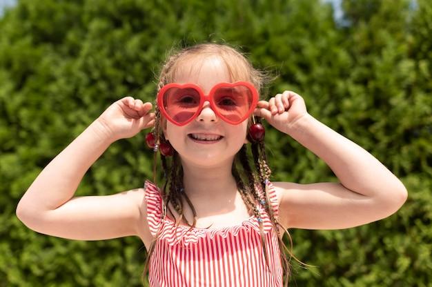 Schattig meisje met kersen Gratis Foto