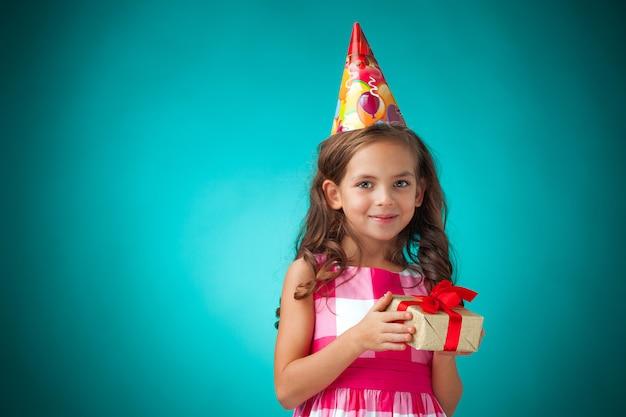 Schattig vrolijk klein meisje op blauw Gratis Foto