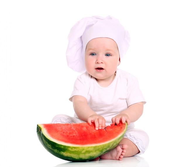 Schattige baby chef-kok met watermeloen Gratis Foto