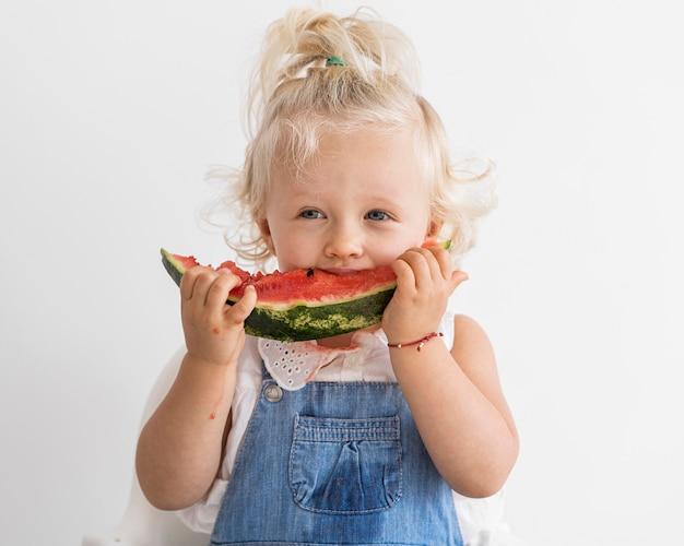 Schattige baby spelen met eten Gratis Foto