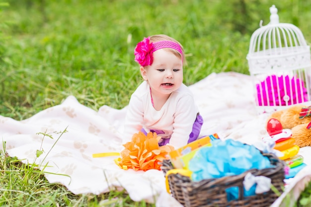 Schattige babymeisje glimlach picknick speelse weekend natuur Premium Foto