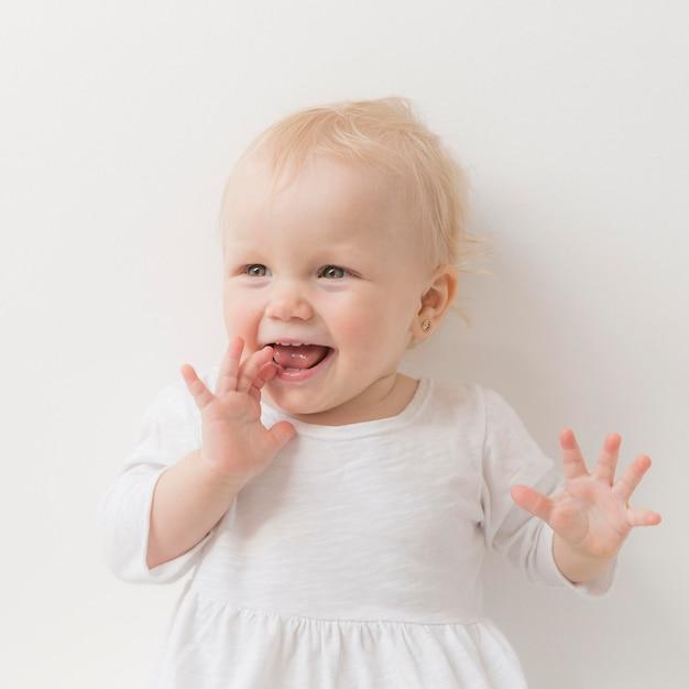 Schattige babymeisje glimlachen Gratis Foto
