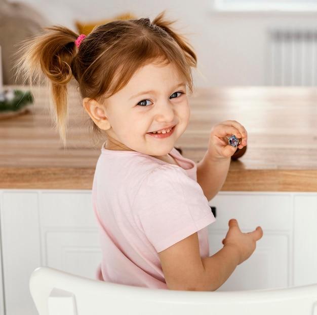 Schattige babymeisje thuis Gratis Foto