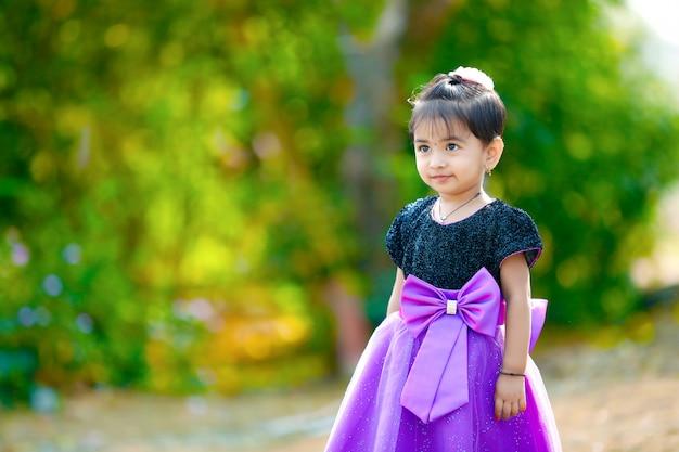 Schattige indiase baby meisje spelen in het park Premium Foto