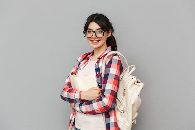 Schattige jonge dame student boek houden. Premium Foto