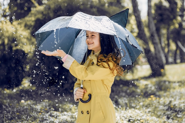 Schattige jongen plaiyng op een regenachtige dag Gratis Foto