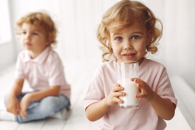 Schattige kinderen consumptiemelk thuis Gratis Foto