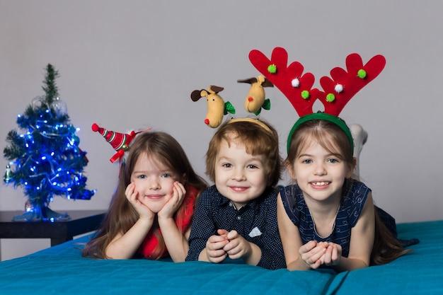 Schattige kinderen in kerstkostuums Premium Foto