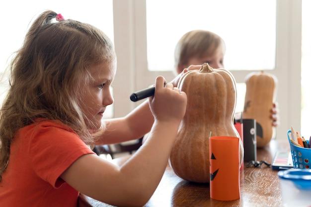 Schattige kinderen met pompoenen halloween concept Gratis Foto