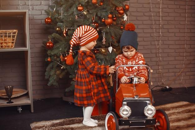 Schattige kleine jongen in een rode trui. Gratis Foto