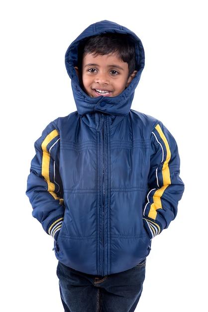 Schattige kleine jongen in een winterjas geïsoleerd op een witte achtergrond Premium Foto