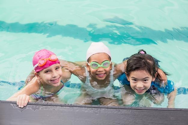 Schattige kleine kinderen in het zwembad Premium Foto