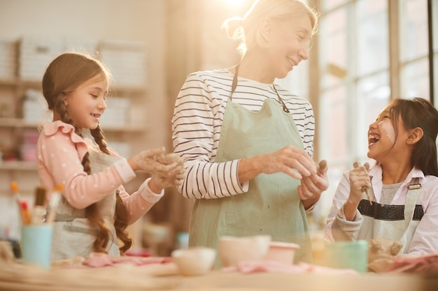 Schattige kleine kinderen in pottery studio Premium Foto