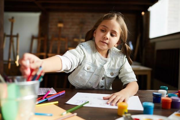 Schattige kleine meisje tekening Premium Foto