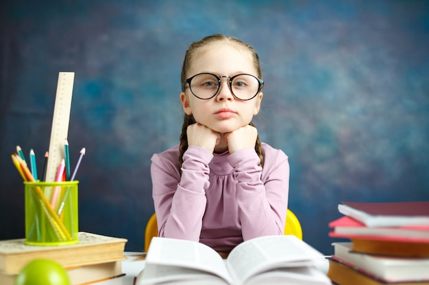 Schattige kleine student meisje studie foto portret Premium Foto