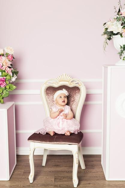 Schattige kleine vrouw in mode jurk met lentebloemen Premium Foto