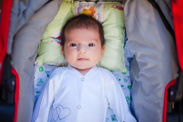 Schattige mooie pasgeboren baby Premium Foto