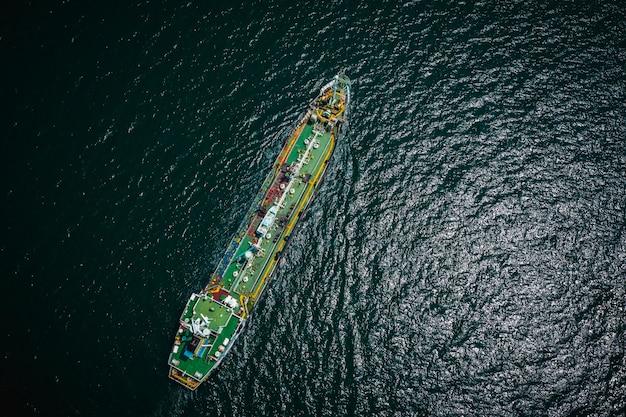 Scheepvaart olietanker en petrochemische industrie import export internationaal door de oceaan Premium Foto