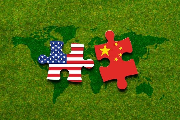 Scheid twee puzzel met ons en china vlaggen binnen Premium Foto