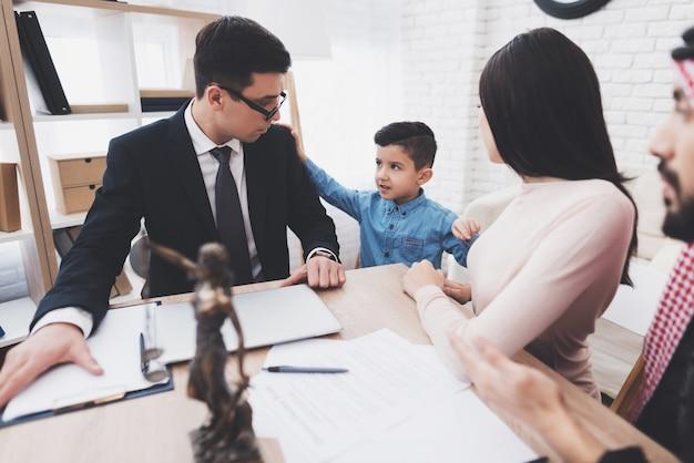 Scheidingsadvocaat in functie met arabische man en vrouw. Premium Foto