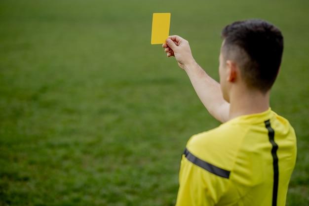 Scheidsrechter toont een rode kaart aan een ontevreden voetbal of voetballer tijdens het gamen. Premium Foto