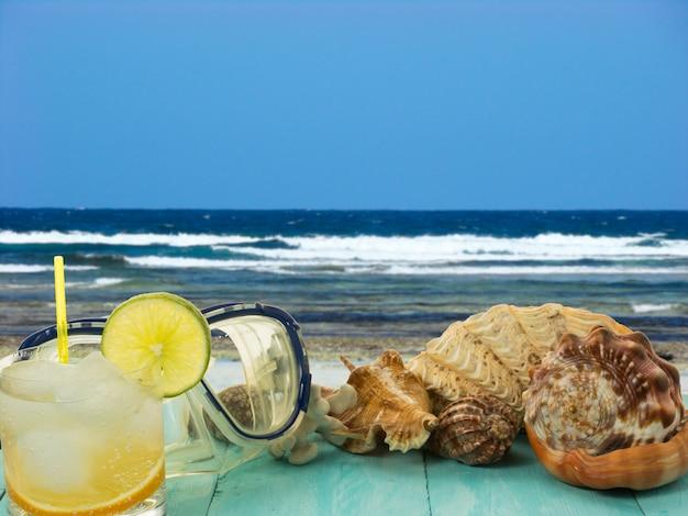Schelpen en strandcocktail Premium Foto