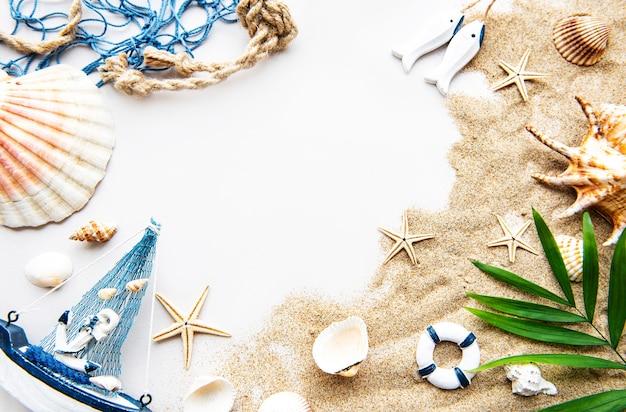 Schelpen op zand. zee zomervakantie achtergrond met ruimte voor de tekst. Premium Foto