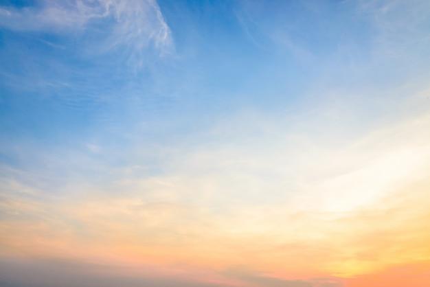 Schemering kleurrijke dramatische gele zon Gratis Foto