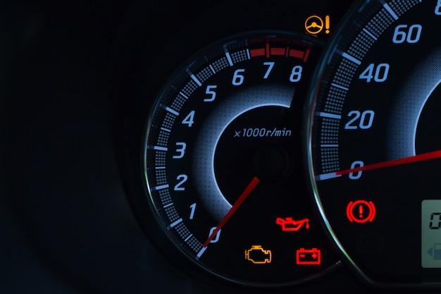 Schermweergave van autostatuswaarschuwingslampje op dashboardpaneelsymbolen Premium Foto