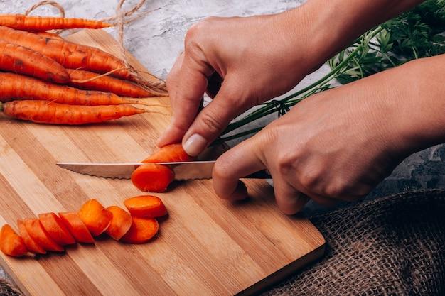 Scherpe wortelen in de keukenclose-up Premium Foto