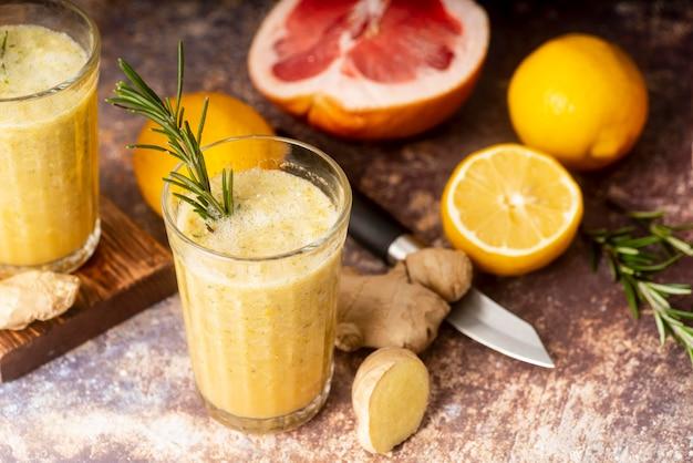 Schikking van citroen en grapefruit met hoge hoek Gratis Foto