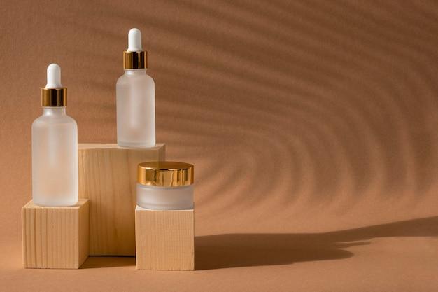 Schikking van huidoliedruppelaars en gezichtscrème-ontvangers met kopie ruimte Premium Foto