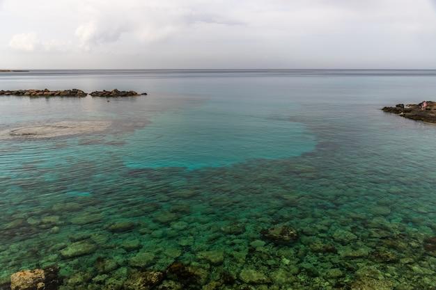 Schilderachtig landschap aan de kust van het eiland cyprus. Premium Foto