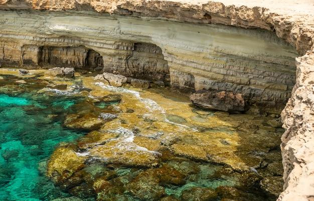 Schilderachtige zeegrotten bevinden zich aan de middellandse zeekust. Premium Foto