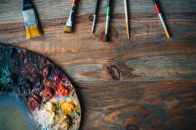 Schilderconcept met penselen en kleuren Gratis Foto
