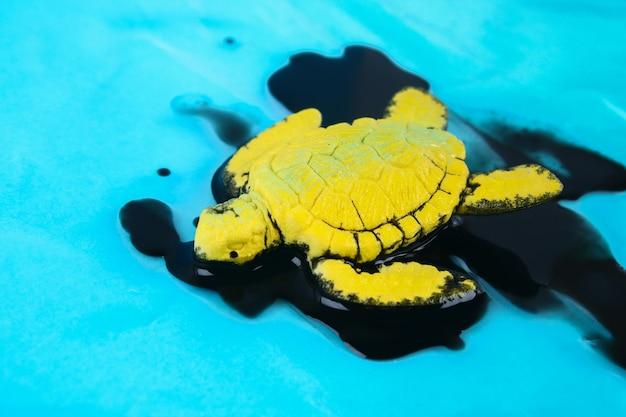 Schildpad in olie. vervuiling in het milieuprobleem van de oceaan. ecologische situatie wereld aarde Premium Foto