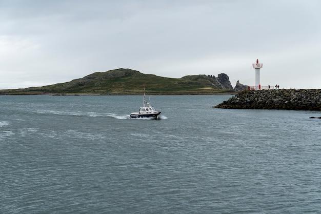 Schip dat de haven van howth binnenvaart. Premium Foto