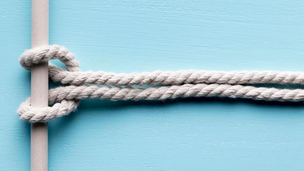Schip witte touwen kleine knoop op een balk Gratis Foto