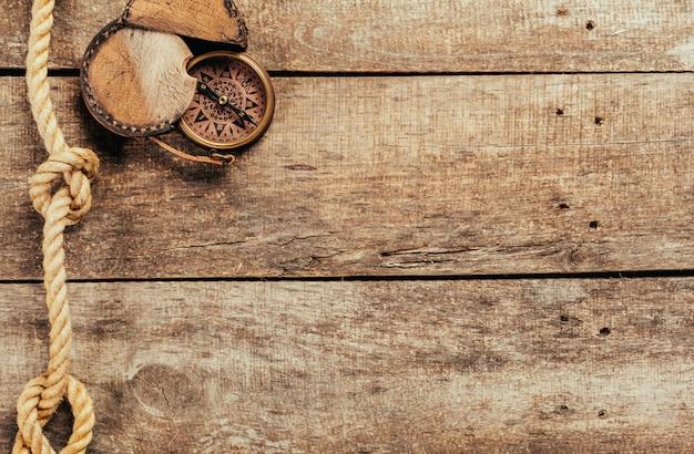 Schiplijnen en kompas op houten achtergrond Premium Foto