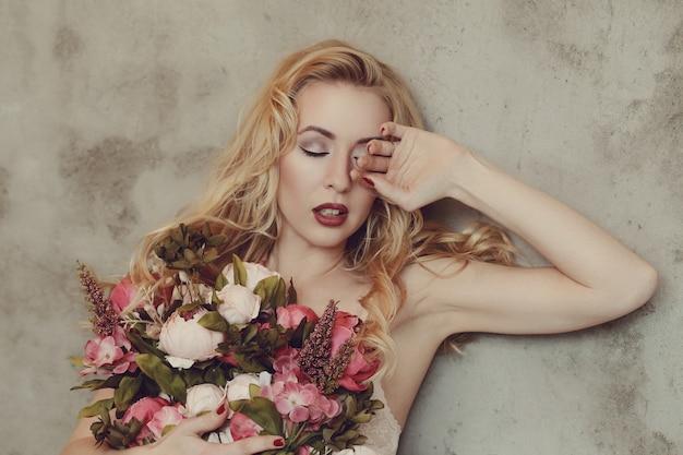 Schitterend de rozenboeket van de vrouwenholding Gratis Foto