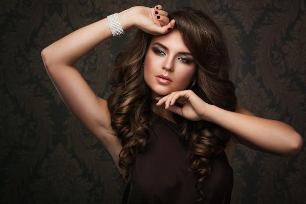 Schitterende vrouw met mooie make-up en kapsel Premium Foto