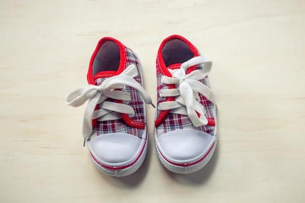 Schoenen of sneakers voor kinderen of baby Premium Foto